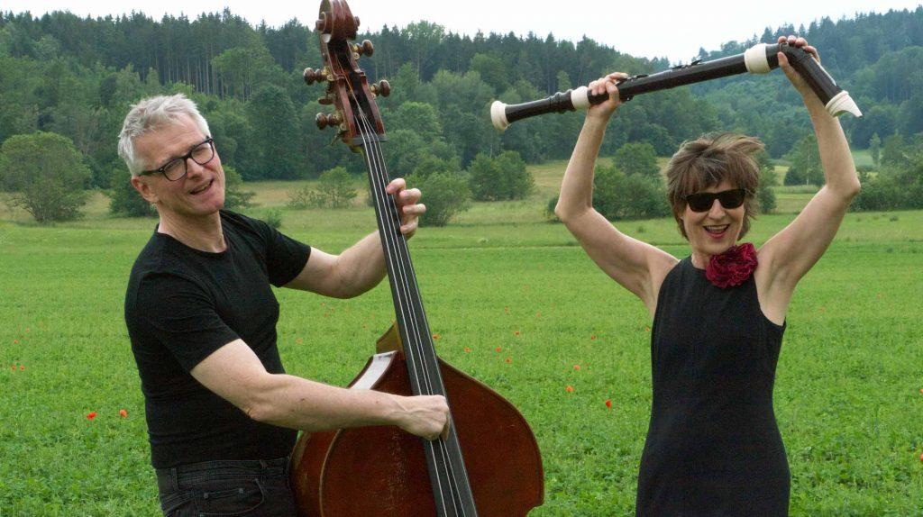 Georg Karger hält einen Kontrabass und Cornelia Melián ein …. Ein Stimmungsbild zu ihrem gemeinsamen Konzert »P.S. I love you«.