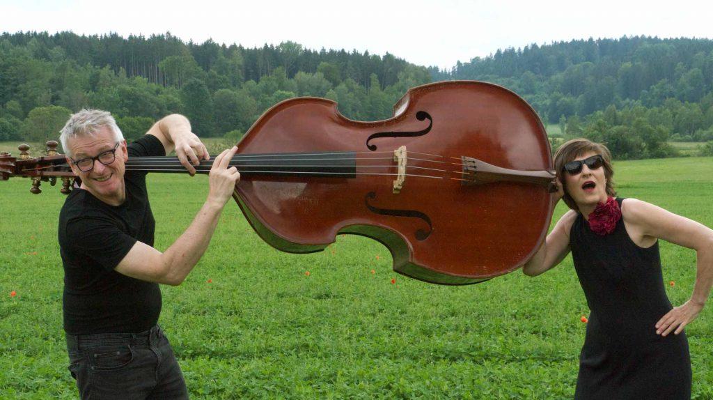 Georg Karger und Cornelia Melián tragen einen Kontrabass zwischen sich. Ein Stimmungsbild zu ihrem gemeinsamen Konzert »P.S. I love you«.